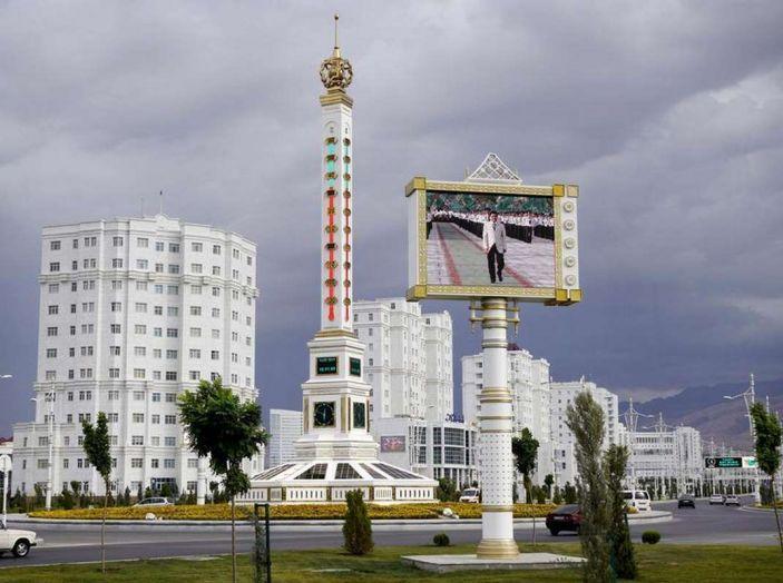 Il Turkmenistan vieta le auto nere e le sequestra - Foto 9 di 9