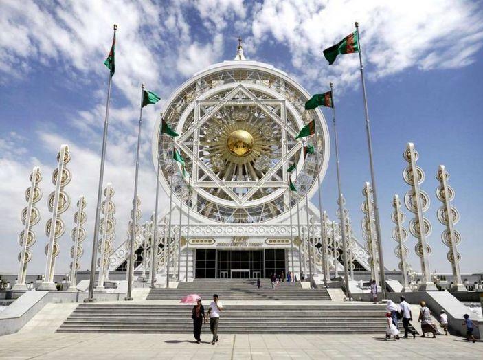 Il Turkmenistan vieta le auto nere e le sequestra - Foto 7 di 9