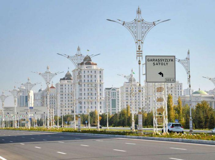 Il Turkmenistan vieta le auto nere e le sequestra - Foto 4 di 9
