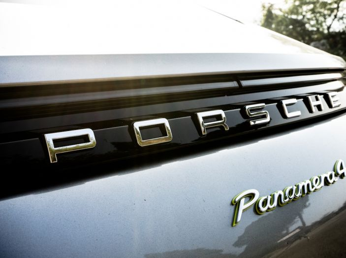 Prova su strada Porsche Panamera 4 E-Hybrid: spettacolo d'elite con la seconda serie - Foto 15 di 34