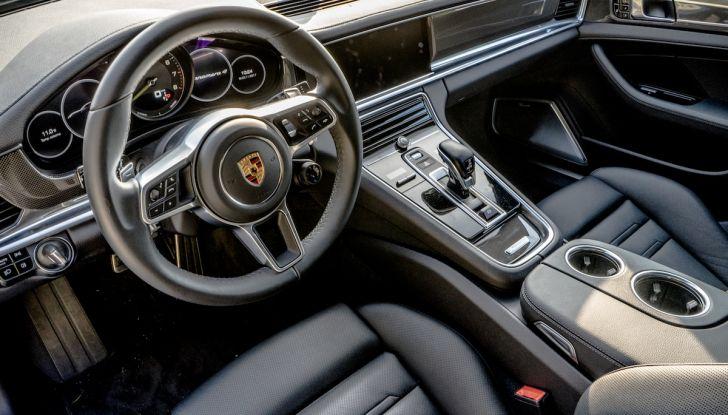 Prova su strada Porsche Panamera 4 E-Hybrid: spettacolo d'elite con la seconda serie - Foto 19 di 34