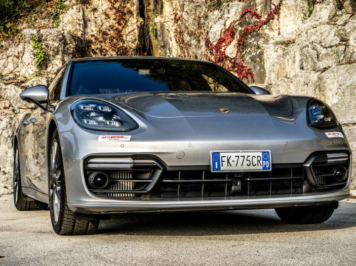 Prova su strada Porsche Panamera 4 E-Hybrid: spettacolo d'elite con la seconda serie - Foto 1 di 34