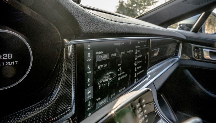 Prova su strada Porsche Panamera 4 E-Hybrid: spettacolo d'elite con la seconda serie - Foto 23 di 34