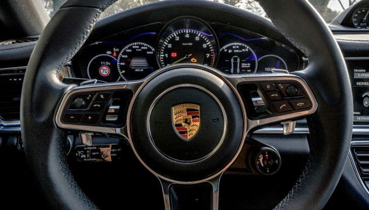 Prova su strada Porsche Panamera 4 E-Hybrid: spettacolo d'elite con la seconda serie - Foto 26 di 34