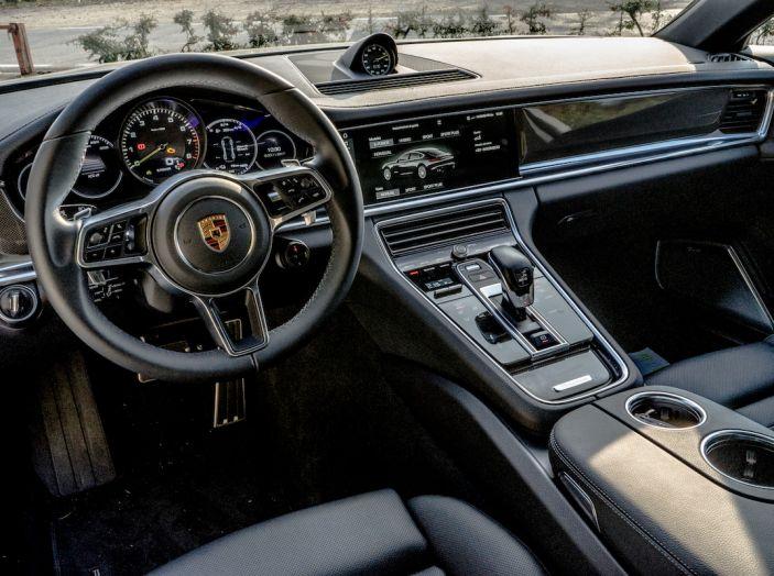 Prova su strada Porsche Panamera 4 E-Hybrid: spettacolo d'elite con la seconda serie - Foto 27 di 34