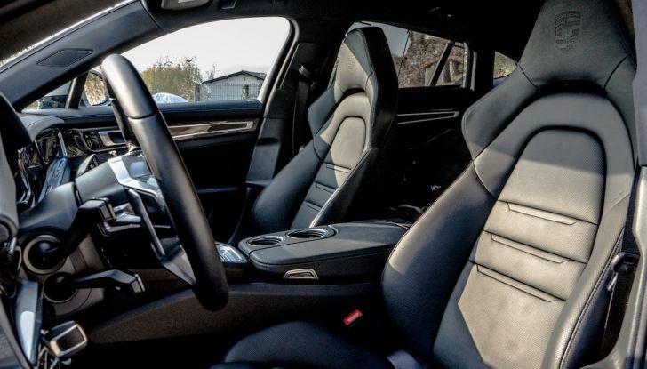 Prova su strada Porsche Panamera 4 E-Hybrid: spettacolo d'elite con la seconda serie - Foto 30 di 34
