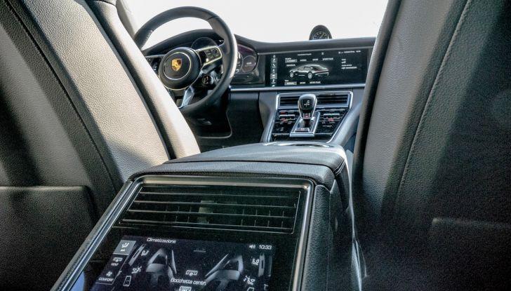 Prova su strada Porsche Panamera 4 E-Hybrid: spettacolo d'elite con la seconda serie - Foto 31 di 34