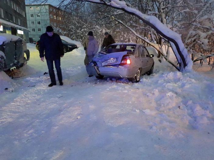 Ubriaco ruba un carro armato, distrugge una vetrina e porta via del vino [Video] - Foto 3 di 3