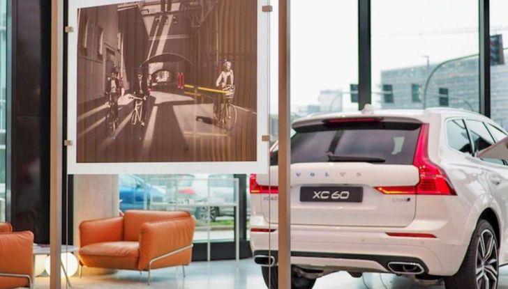 Volvo XC60: le foto della telecamera di sicurezza in mostra a Milano - Foto 1 di 11