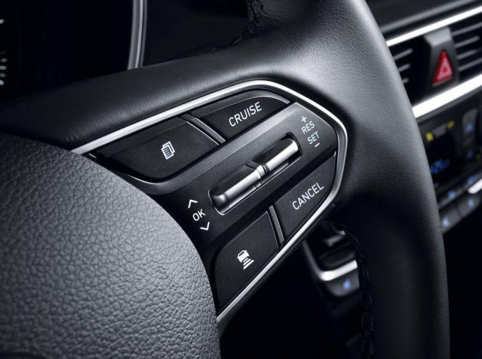 Hyundai Santa Fe 2018, dimensioni e motori del SUV coreano - Foto 41 di 74