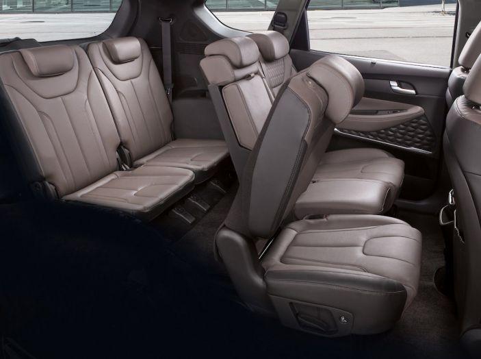 Hyundai Santa Fe 2018, dimensioni e motori del SUV coreano - Foto 42 di 74