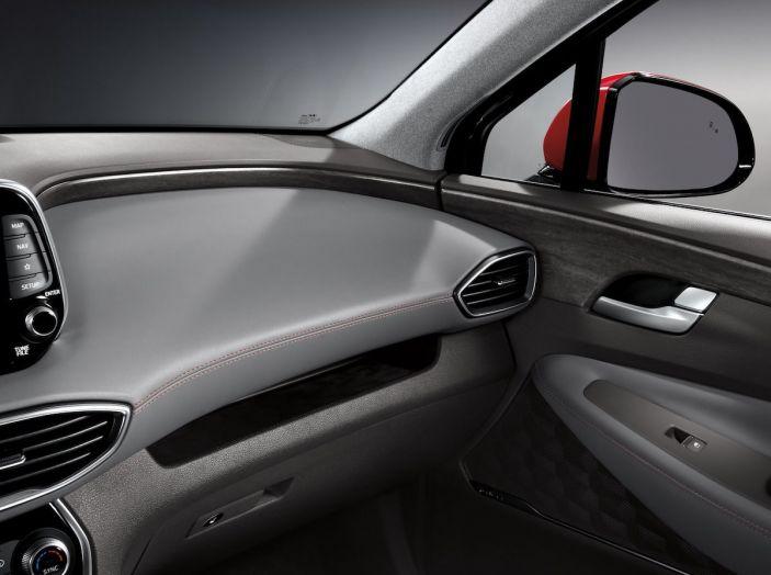 Hyundai Santa Fe 2018, dimensioni e motori del SUV coreano - Foto 44 di 74