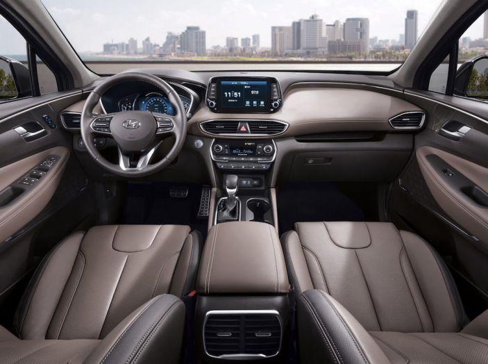 Hyundai Santa Fe 2018, dimensioni e motori del SUV coreano - Foto 45 di 74