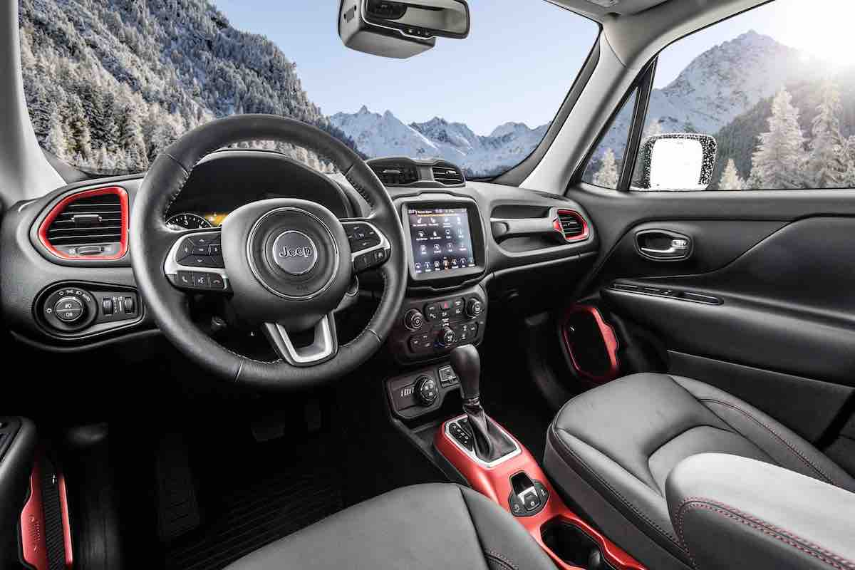 Jeep Renegade 2018, interni col nuovo infotainment UConnect
