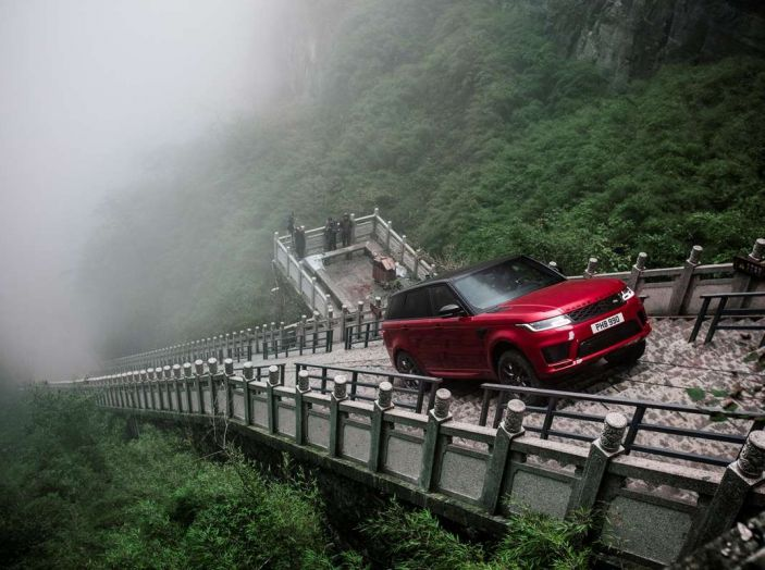 Range Rover Sport PHEV, il SUV ibrido plug-in scala la Porta del Cielo - Foto 1 di 9