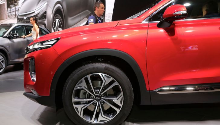 Hyundai Santa Fe 2018, dimensioni e motori del SUV coreano - Foto 9 di 14