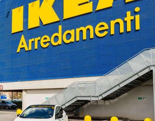 IKEA dal 2025 utilizzerà solo auto elettriche per i trasporti dei mobili - Foto 2 di 12