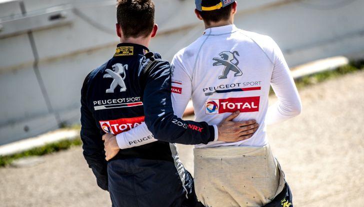 Kevin Hansen (Peugeot Total) cede la posizione a Loeb - Foto  di
