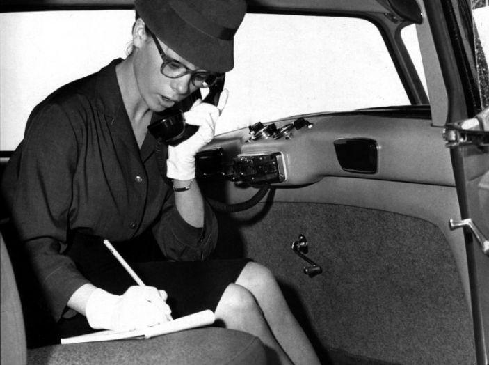 L'eleganza di Audrey Hepburn a bordo di DS 19 - Foto 3 di 3
