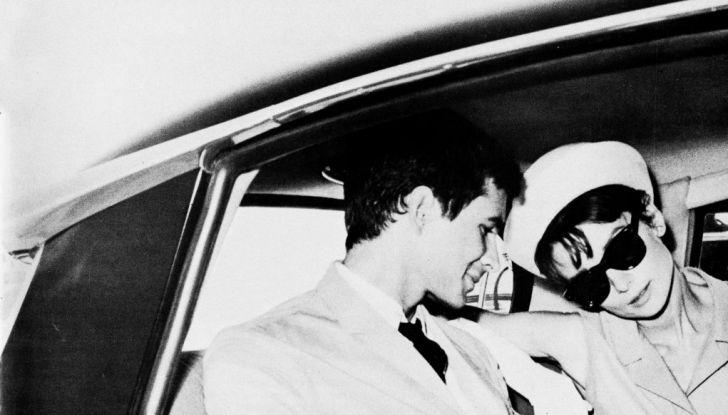 L'eleganza di Audrey Hepburn a bordo di DS 19 - Foto 1 di 3