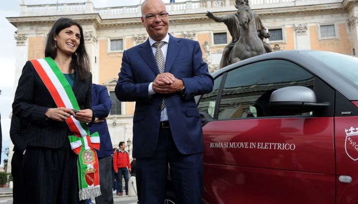 Smart Elettrica per il Comune di Roma, Virginia Raggi al volante - Foto 3 di 4