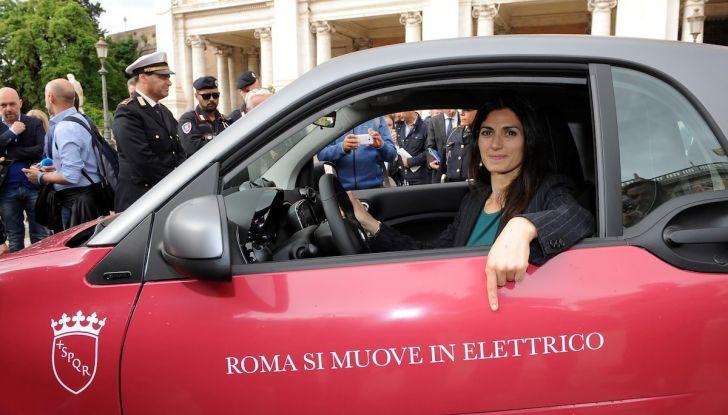 Smart Elettrica per il Comune di Roma, Virginia Raggi al volante - Foto 1 di 4