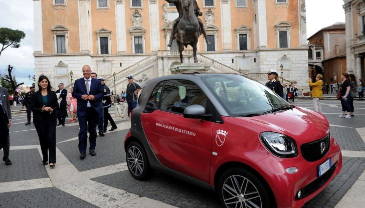 Smart Elettrica per il Comune di Roma, Virginia Raggi al volante - Foto 2 di 4