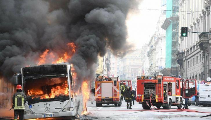 Roma: autobus in fiamme, attimi di terrore in via del Tritone - Foto 1 di 4