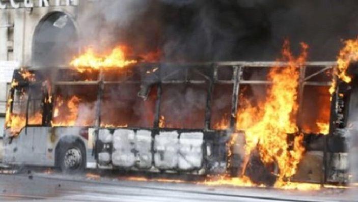 Roma: autobus in fiamme, attimi di terrore in via del Tritone - Foto 2 di 4
