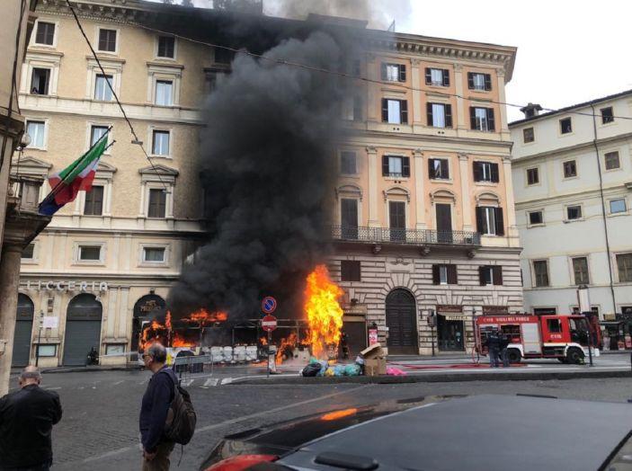 Roma: autobus in fiamme, attimi di terrore in via del Tritone - Foto 3 di 4