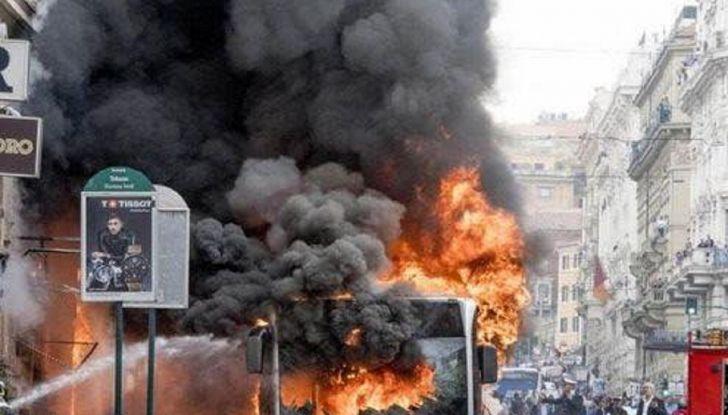 Roma: autobus in fiamme, attimi di terrore in via del Tritone - Foto 4 di 4