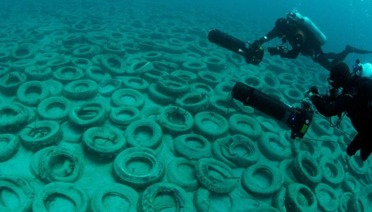 8.500 pneumatici recuperati dai fondali marini italiani - Foto 1 di 6