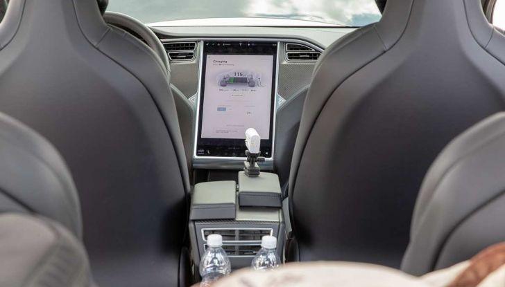 Tesla Model X prova su strada, autonomia, tempi di ricarica e optional - Foto 15 di 35