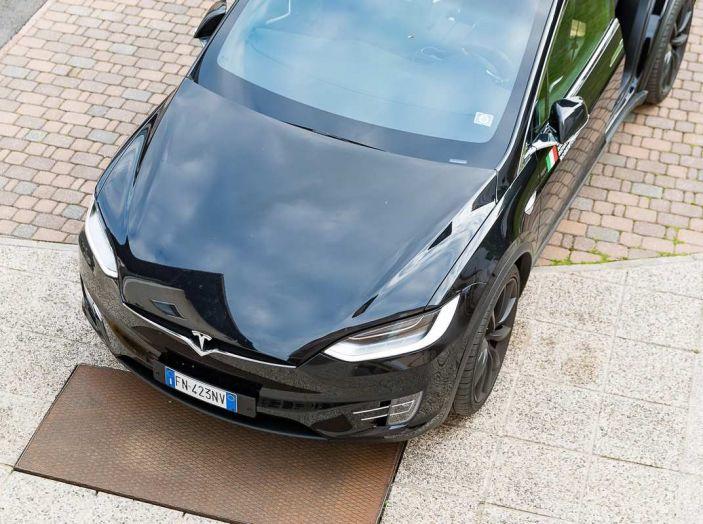 Tesla Model X prova su strada, autonomia, tempi di ricarica e optional - Foto 8 di 35
