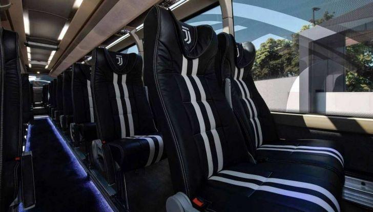 Garage Italia Customs firma il pullman zebrato della Juventus - Foto 7 di 8