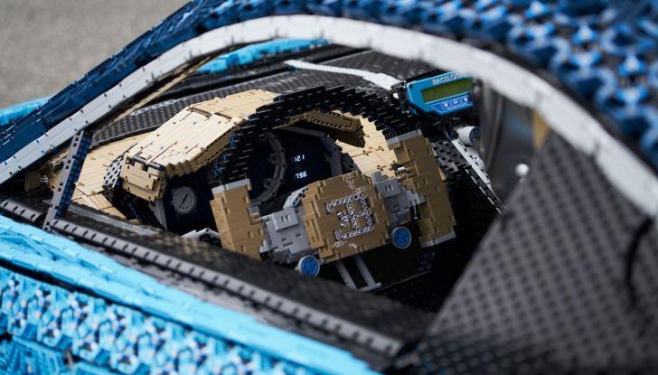 Bugatti Chiron di Lego in scala 1:1 a Milano San Babila per la Formula 1 - Foto 5 di 13