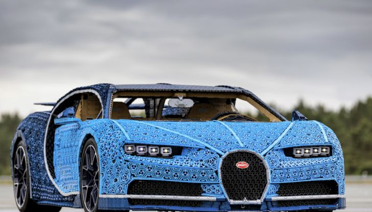 Bugatti Chiron di Lego in scala 1:1 a Milano San Babila per la Formula 1 - Foto 4 di 13