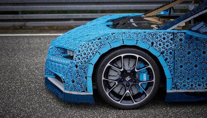 Bugatti Chiron di Lego in scala 1:1 a Milano San Babila per la Formula 1 - Foto 8 di 13