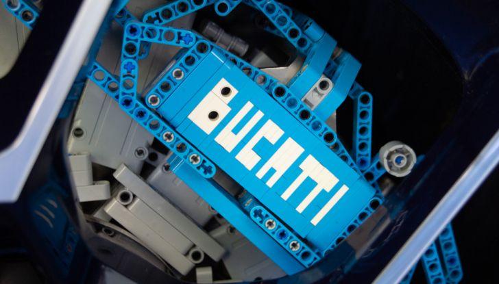 Bugatti Chiron di Lego in scala 1:1 a Milano San Babila per la Formula 1 - Foto 9 di 13