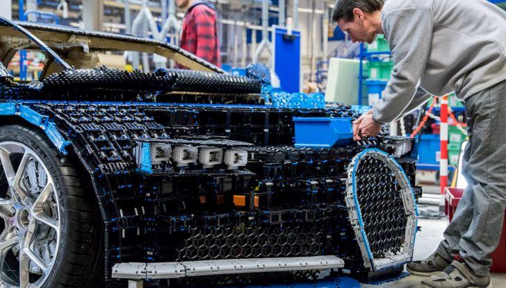 Bugatti Chiron di Lego in scala 1:1 a Milano San Babila per la Formula 1 - Foto 10 di 13