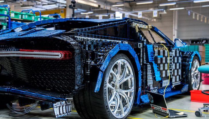 Bugatti Chiron di Lego in scala 1:1 a Milano San Babila per la Formula 1 - Foto 11 di 13