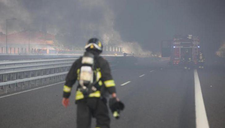 Un aiuto per vittime del disastro sull'A14 dopo l'esplosione dell'autocisterna - Foto 3 di 7