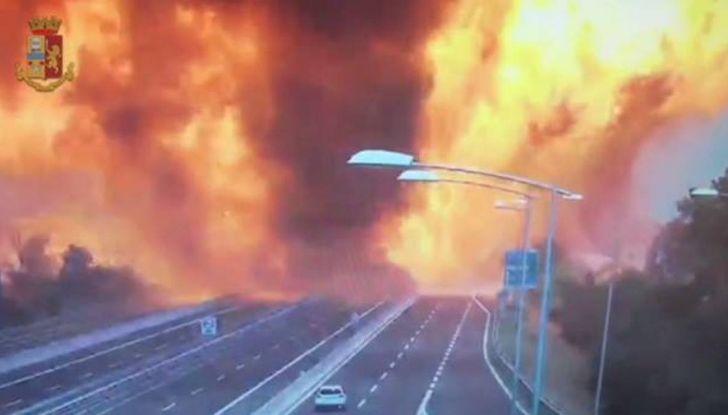 Un aiuto per vittime del disastro sull'A14 dopo l'esplosione dell'autocisterna - Foto 2 di 7