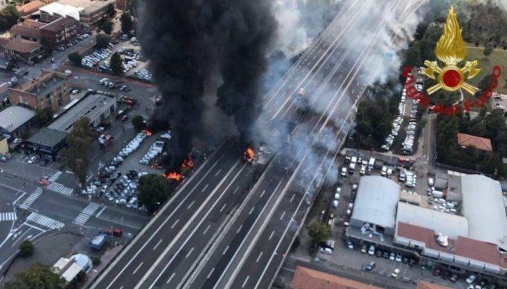 Un aiuto per vittime del disastro sull'A14 dopo l'esplosione dell'autocisterna - Foto 1 di 7