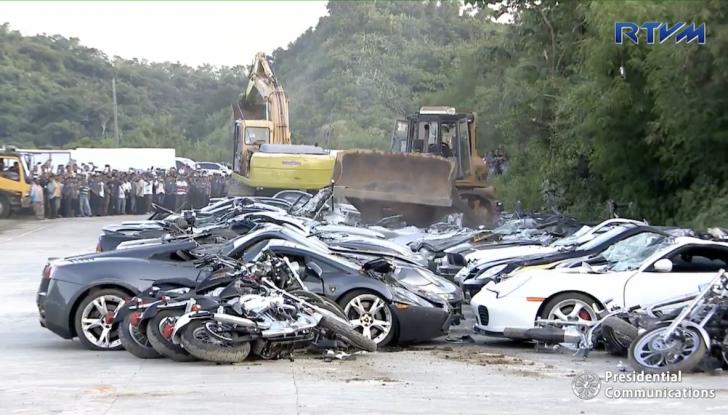 Presidente delle Filippine fa distruggere 68 auto premium con la ruspa [VIDEO] - Foto 11 di 25