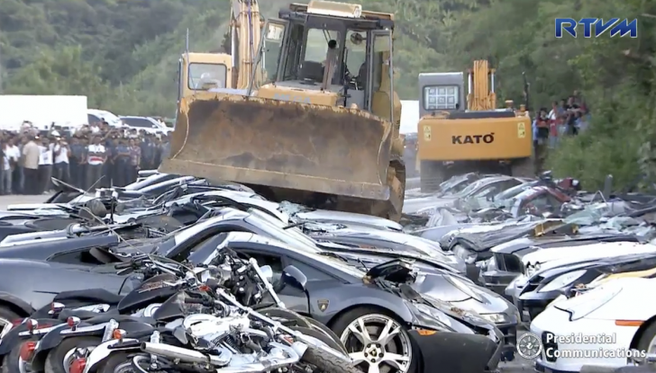 Presidente delle Filippine fa distruggere 68 auto premium con la ruspa [VIDEO] - Foto 12 di 25