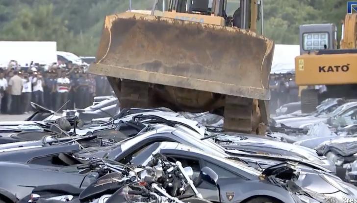 Presidente delle Filippine fa distruggere 68 auto premium con la ruspa [VIDEO] - Foto 13 di 25