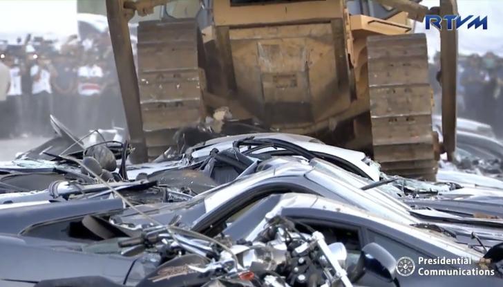 Presidente delle Filippine fa distruggere 68 auto premium con la ruspa [VIDEO] - Foto 14 di 25