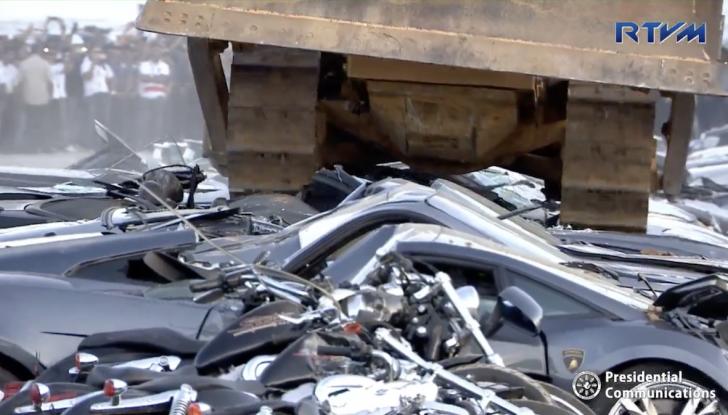 Presidente delle Filippine fa distruggere 68 auto premium con la ruspa [VIDEO] - Foto 15 di 25