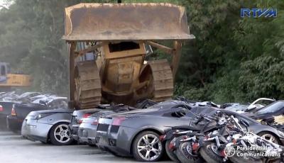 Presidente delle Filippine fa distruggere 68 auto premium con la ruspa [VIDEO]